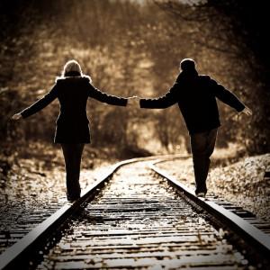 每日一句能量:年少时喜欢扬鞭纵马江湖,觉得快意,可是后来才知道,走过的八百里江湖,都不及牵着她的手路过的杨柳小堤。