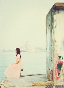 每日一句能量:当一个男人不再爱他的女人,她哭闹是错,静默也是错,活着呼吸是错,死了都是错。